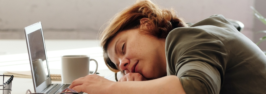 """alt= """"femme qui dort au travail"""""""