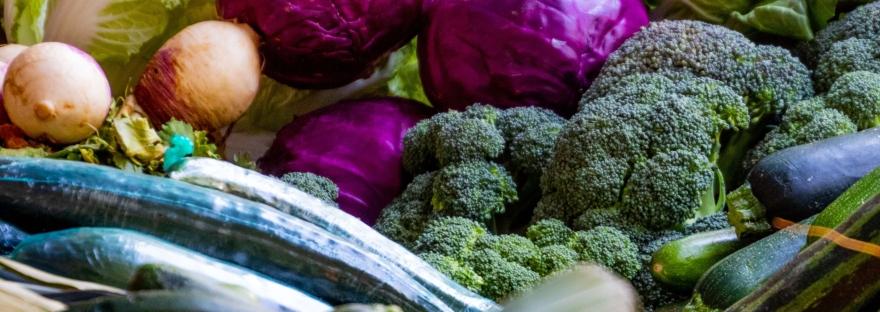 """alt= """"légumes frais sur un étalage de marché"""""""